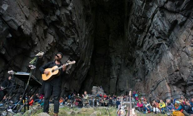TRÆNAFESTIVALEN: Træna er verdenskjente for den dype hulen Kirkhelleren, hvor det under Trænafestivalen holdes konserter. FOTO: Trænafestivalen