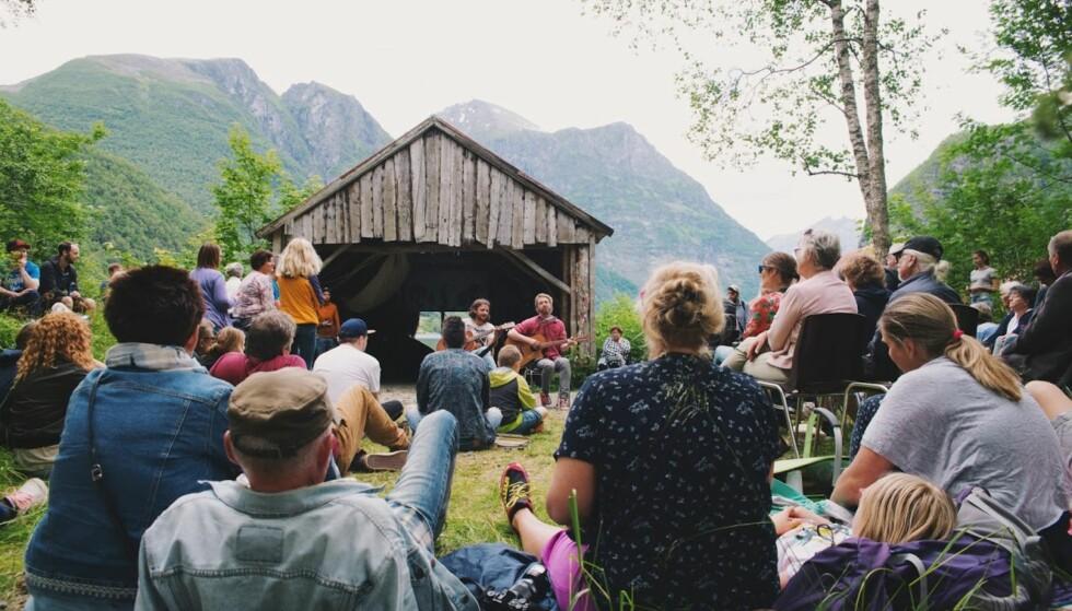 INDIEFJORD: Indiefjord bringer bygdefolk og internasjonale festivalentusiaster sammen i fantastiske omgivelser på Sunnmøre. FOTO: Eline Viddal Rød