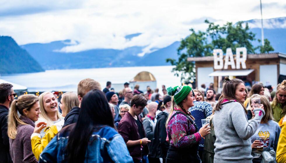 FRES FESTIVALEN: Festivalområdet er så lite at alle får plass på ett og samme gårdstun! FOTO: Sadam Ekdemir