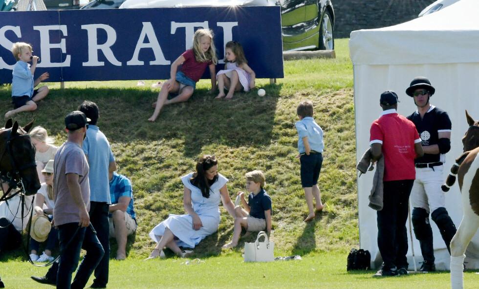 FAMILIEHYGGE: Mens prins William (til høyre) spilte polokamp satt familien hans på gressplenen og sendte heia-rop. FOTO: NTB Scanpix