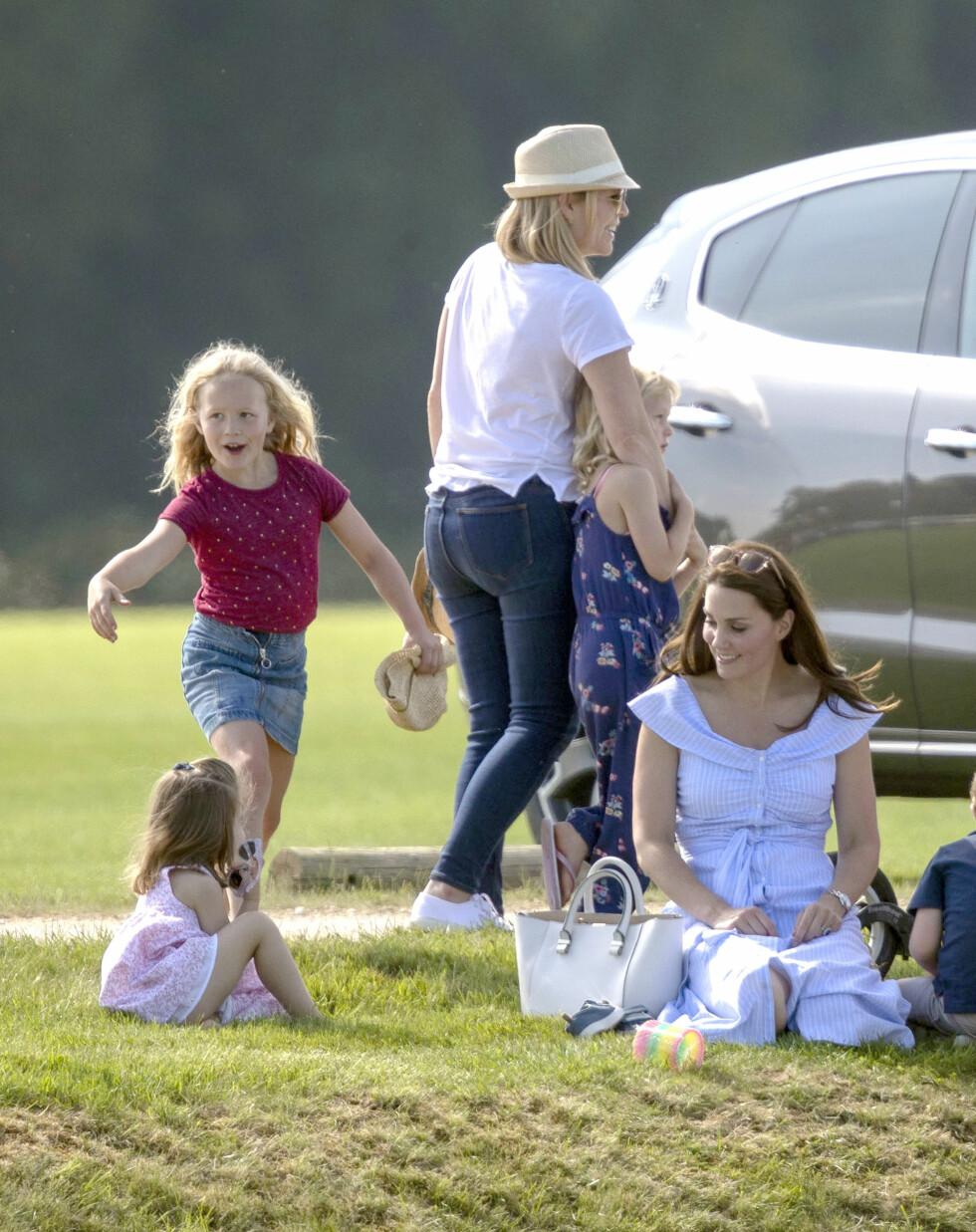 ABLEGØYER: Savannah Phillips sammen med prinsesse Charlotte, hertuginne Kate, lillesøster Isla og mamma Autumn. FOTO: NTB Scanpix