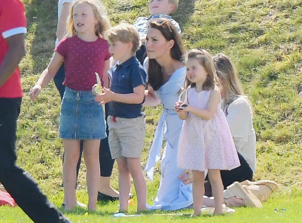 GODE VENNER: Det er ingen tvil om at prins George og prinsesse Charlotte trives i lag med tremenningen Savannah. FOTO: NTB Scanpix