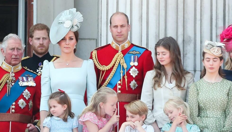 SAVANNAH PHILLIPS: Prins Georges tre år eldre tremenning Savannah Phillips lagde ablegøyer på slottsbalkongen på Buckingham Palace under dronning Elizabeths årlige fødselsdagsparade i juni. Prinsen tok det hele med et smil! FOTO: NTB Scanpix