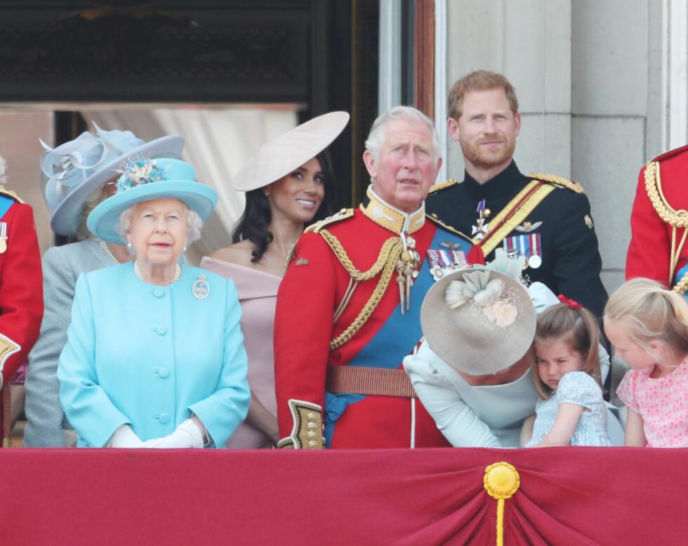 TRØST: Prinsesse Charlotte ble litt paff da hun tippet bakover på slottsbalkongen. Mamma hertuginne Kate var raskt ute med å trøste datteren. FOTO: NTB Scanpix