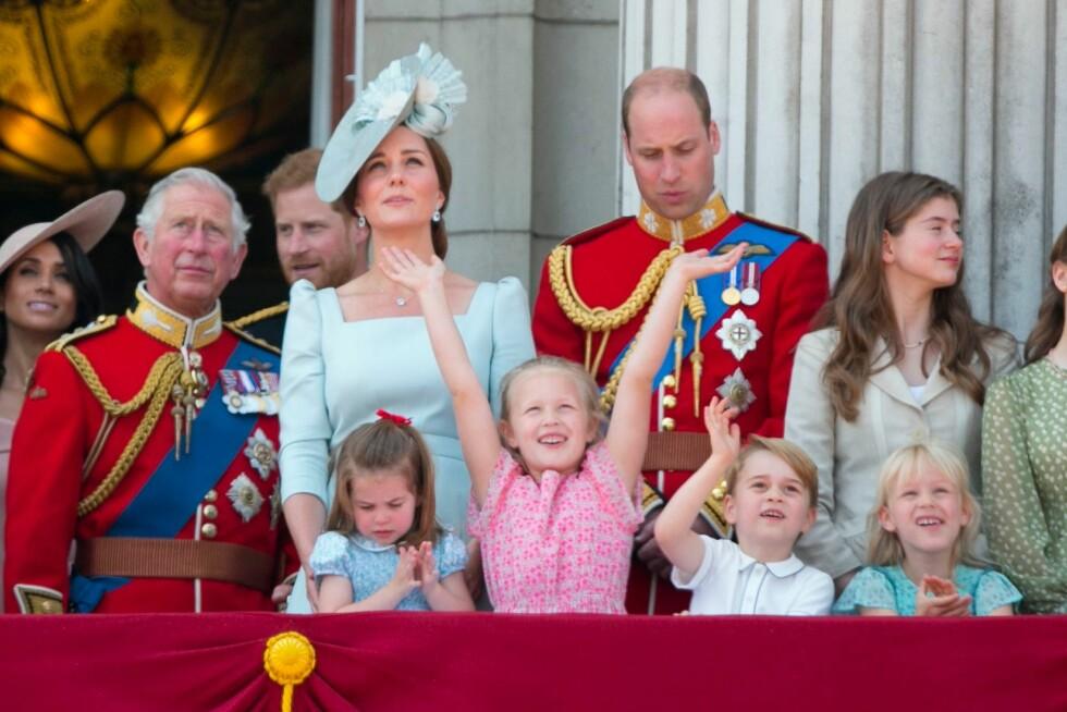 VINKET TIL JAGERFLYENE: Savannah og George syntes det var stas å se jagerflyene komme over Buckingham Palace. FOTO: NTB Scanpix