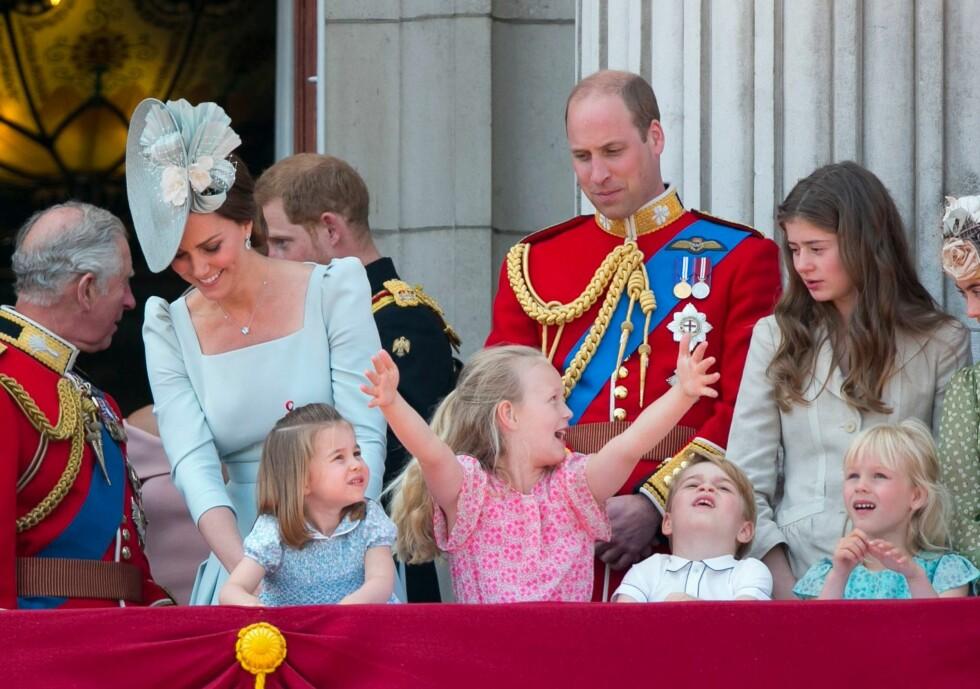 GOD STEMNING: Syv år gamle Savannah Phillips var midtpunktet under festlighetene for oldemor dronning Elizabeth. FOTO: NTB Scanpix