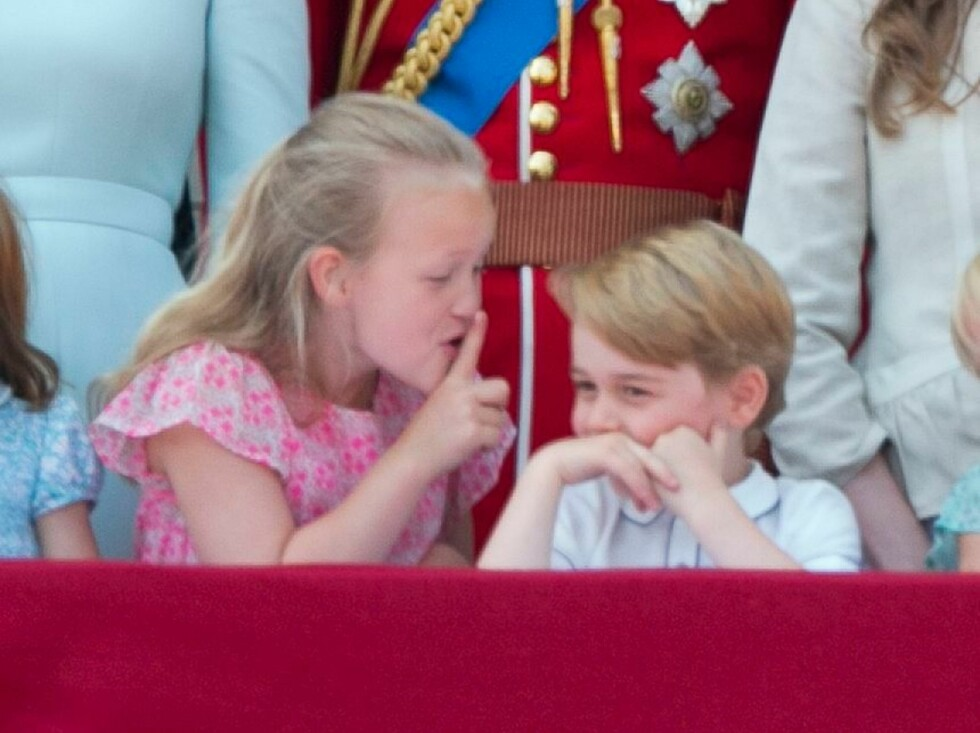 HYSJ: Prins Georges tre år eldre tremenning Savannah Phillips tullet med prinsen på slottsbalkongen på Buckingham Palace under dronning Elizabeths årlige fødselsdagsparade i juni. Prinsen tok det hele med et smil! FOTO: NTB Scanpix