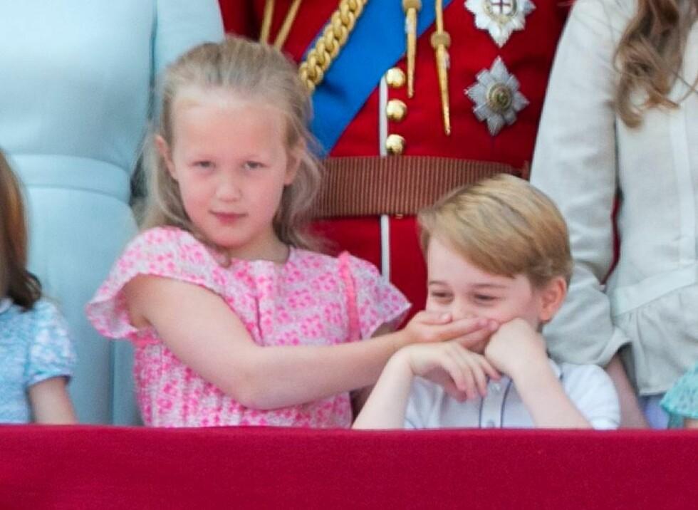 STJAL SHOWET: På et tidspunkt la Savannah Phillips en hånd over munnen til prins George for å signalisere at han skulle være stille. Det er ingen tvil om at de to er blitt gode venner! FOTO: NTB Scanpix