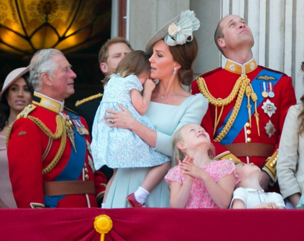 I MAMMAS FAVN: Prinsesse Charlotte fikk seg nok en liten støkk da hun snublet og falt bakover på slottsbalkongen, men mamma hertuginne Kate var raskt på pletten og trøstet datteren. FOTO: NTB Scanpix