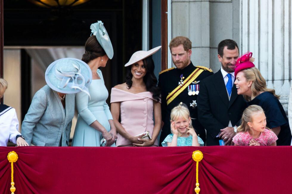 DEBUT: Det var første gang hertuginne Meghan, som giftet seg med prins Harry i mai, sto på slottsbalkongen på Buckingham Palace. FOTO: NTB Scanpix