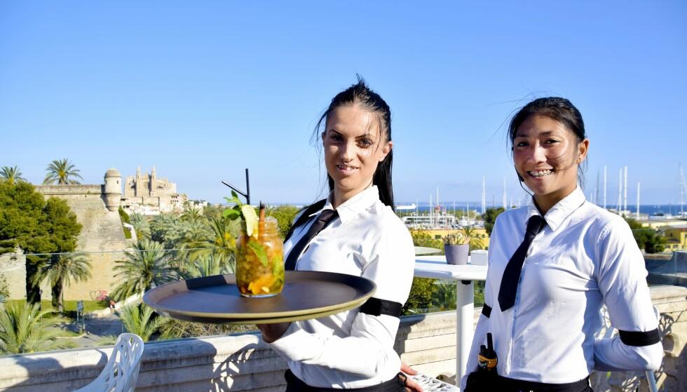 På toppen av Hostal Cuba ligger en av Palmas hyggeligste takterrassebarer, der du kan få mojitos inspirert av sjømennene som bodde her før. Legg merke til den brente kanelstangen som ligner en sigar.