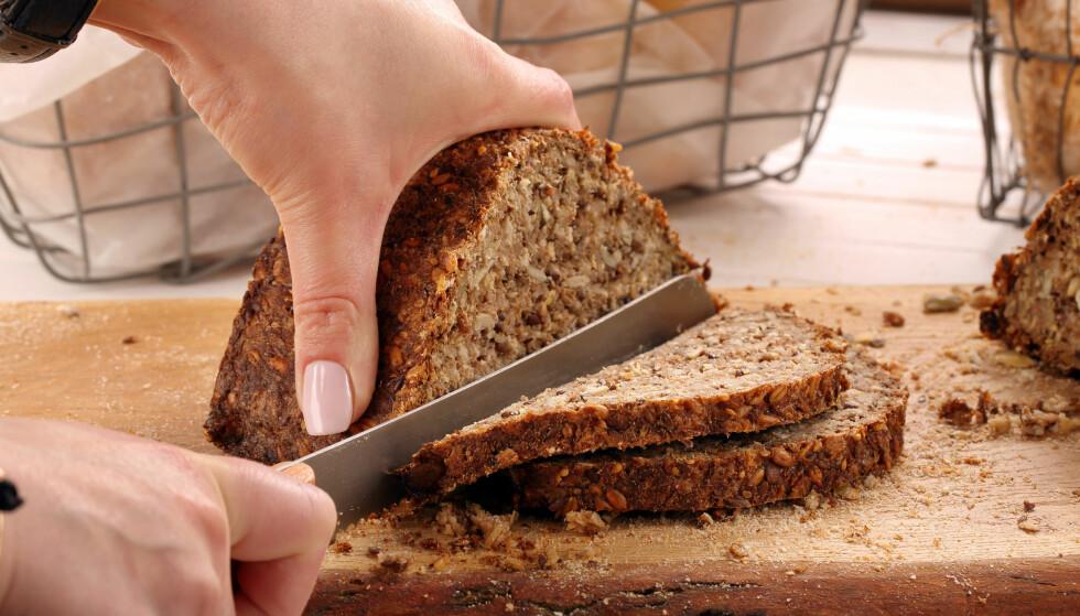 VELGER GROVERE: Vi velger stadig grovere i brødhylla, men vi kunne godt spist enda mer fullkorn. FOTO: NTB Scanpix