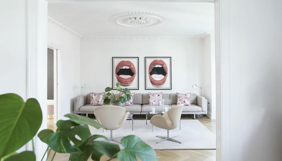 INTERIØR: Paret har hengt to bilder av Kenneth Willardt ved siden av hverandre. Sofaen er fra Erik Jørgensen, de to Svane-stolene og gulvteppet er fra Classic Fifty-Sixty. FOTO: Frederikke Heiberg