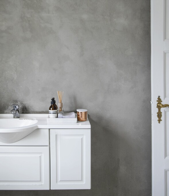 Kalkmalingen fra Jotun Lady Pure Color gir den ene veggen en varm, taktil overflate. Duftlys fra Tom Dixon. FOTO: Frederikke Heiberg