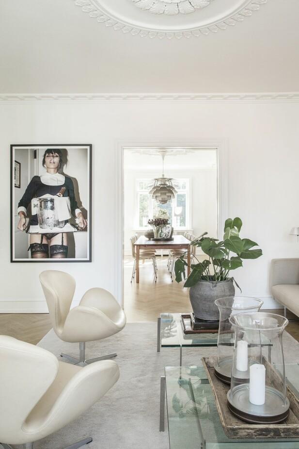De har plassert to like sofabord fra Poul Kjærholm ved siden av hverandre. Bildet med serveringsdamen er fra Kenneth Willardt. FOTO: Frederikke Heiberg
