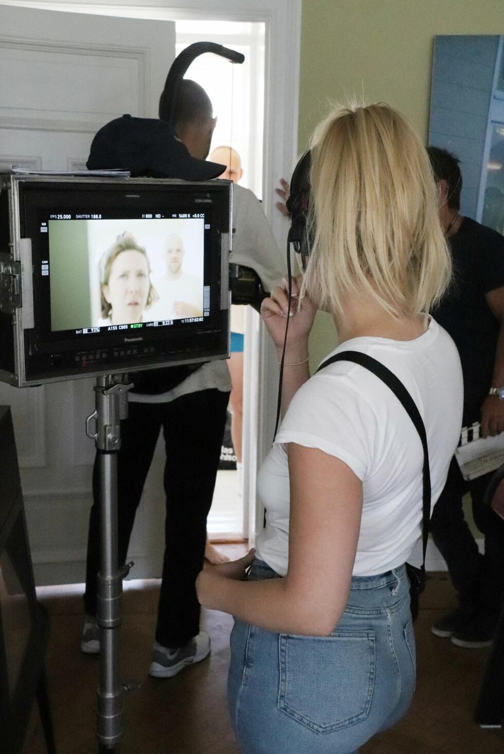 BAK KAMERA: Caroline Johansen sjekker at alt sitter som det skal under opptaket av en av scenene i «Hvite gutter». FOTO: Malini Bjørnstad // KK