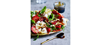 Pasta- og capresesalat med jordbær og sprø spekeskinke