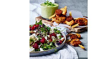 Chorizo- og rekespyd med ertedipp og frisk bomkålsakat