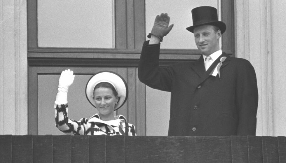 TAPPER: Kronprinsesse Sonja og kronprins Harald fotografert på slottsbalkongen på 17. mai 1970. Da var det gått fire uker siden hun mistet storesøsteren Gry Henriksen. FOTO: NTB Scanpix