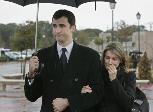 I SORG: Kronprinsesse Letizia ble støttet ut av ektemannen kronprins Felipe etter begravelsen til lillesøsteren Erika Ortiz i 2007. FOTO: NTB Scanpix