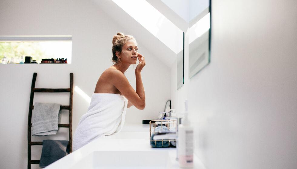 HÅNDKLE I ANSIKTET: Ikke bare kan det være en bakteriebombe, men for mye tørking kan gjøre at huden din ikke absorberer ulike produkter godt. Foto: NTB Scanpix