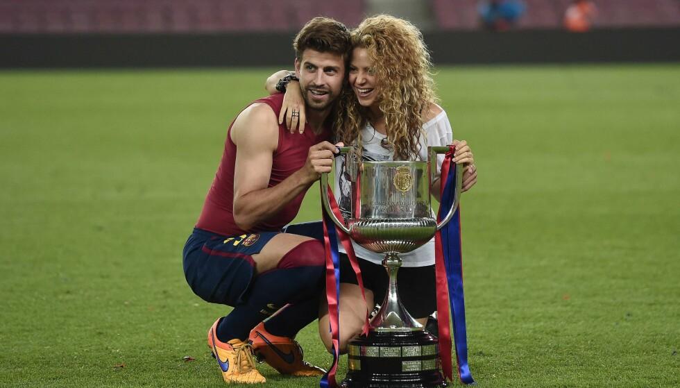 STØTTER KJÆRESTEN: Shakira er ofte å se på tribunen når kjæresten Gerard Piqué, som vanligvis spiller for Barcelona, kjemper på banen. Her er de fotografert etter at Barcelona vant Spanish Copa del Rey i 2015. FOTO: NTB Scanpix