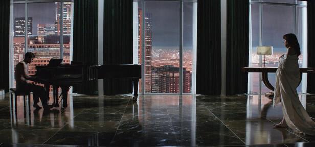 RIKMANNSBOLIG: Sjekk utsikten! Og da mener vi kjekkasen ved pianoet såklart. FOTO: Faksimile/ Fifty Shades Of Grey