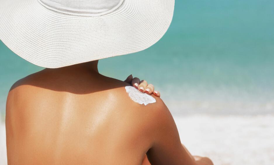 <strong>HVOR LENGE HOLDER SOLKREM?:</strong> Sjansene er gode for at du kan bruke solkremen du åpnet i fjor sommer også i år, men det forutsetter at du har oppbevart den riktig. Foto: Scanpix