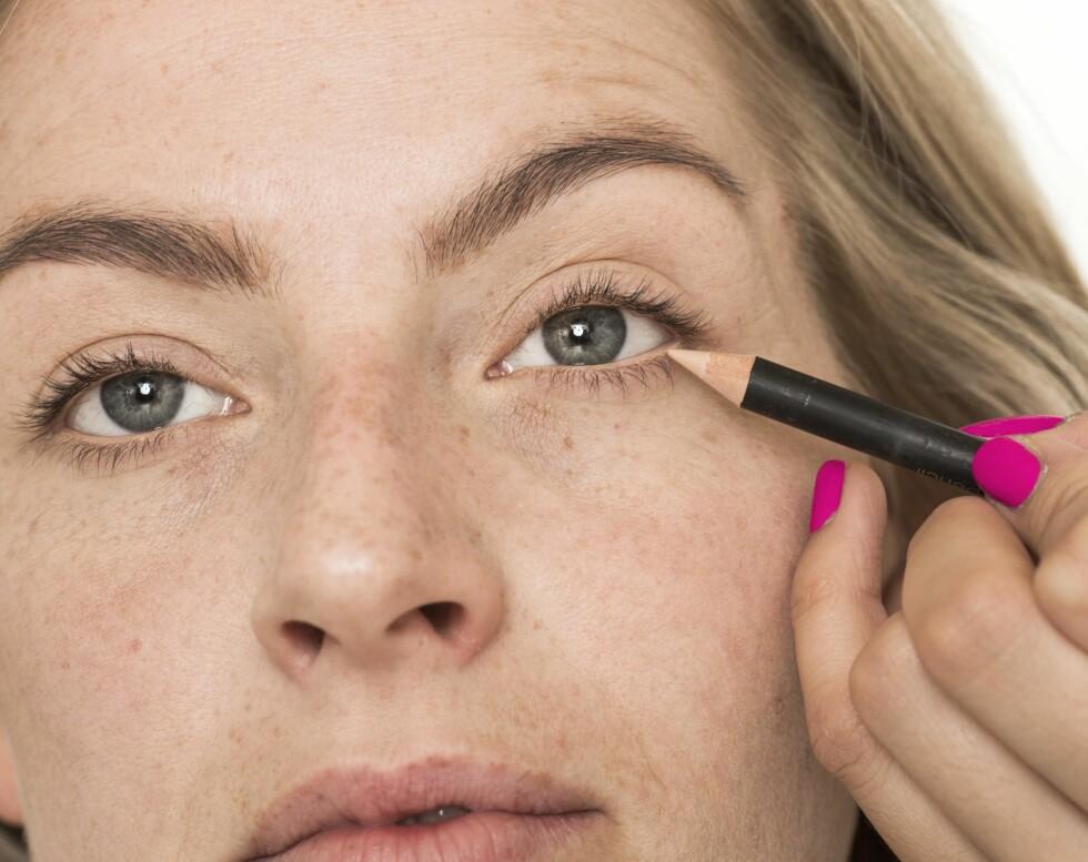 Ved å bruke lys eyeliner på våtkanten får du et mer våkent og åpent blikk. En hudfarget variant blir mer naturlig enn en helt hvit.