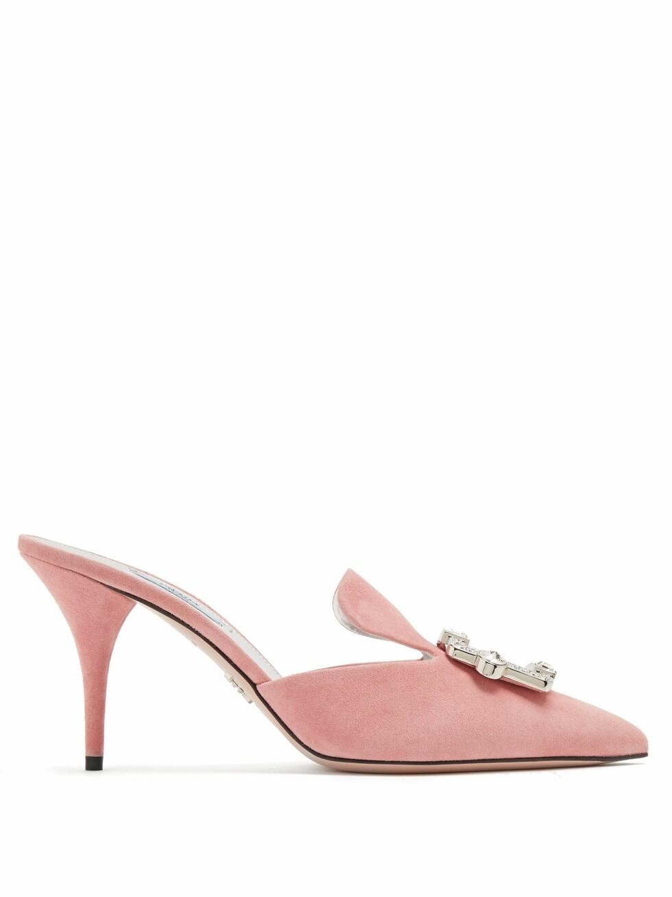 Sko fra Prada |3380,-| https://www.matchesfashion.com/intl/products/Prada-Crystal-buckle-suede-mules-1192308