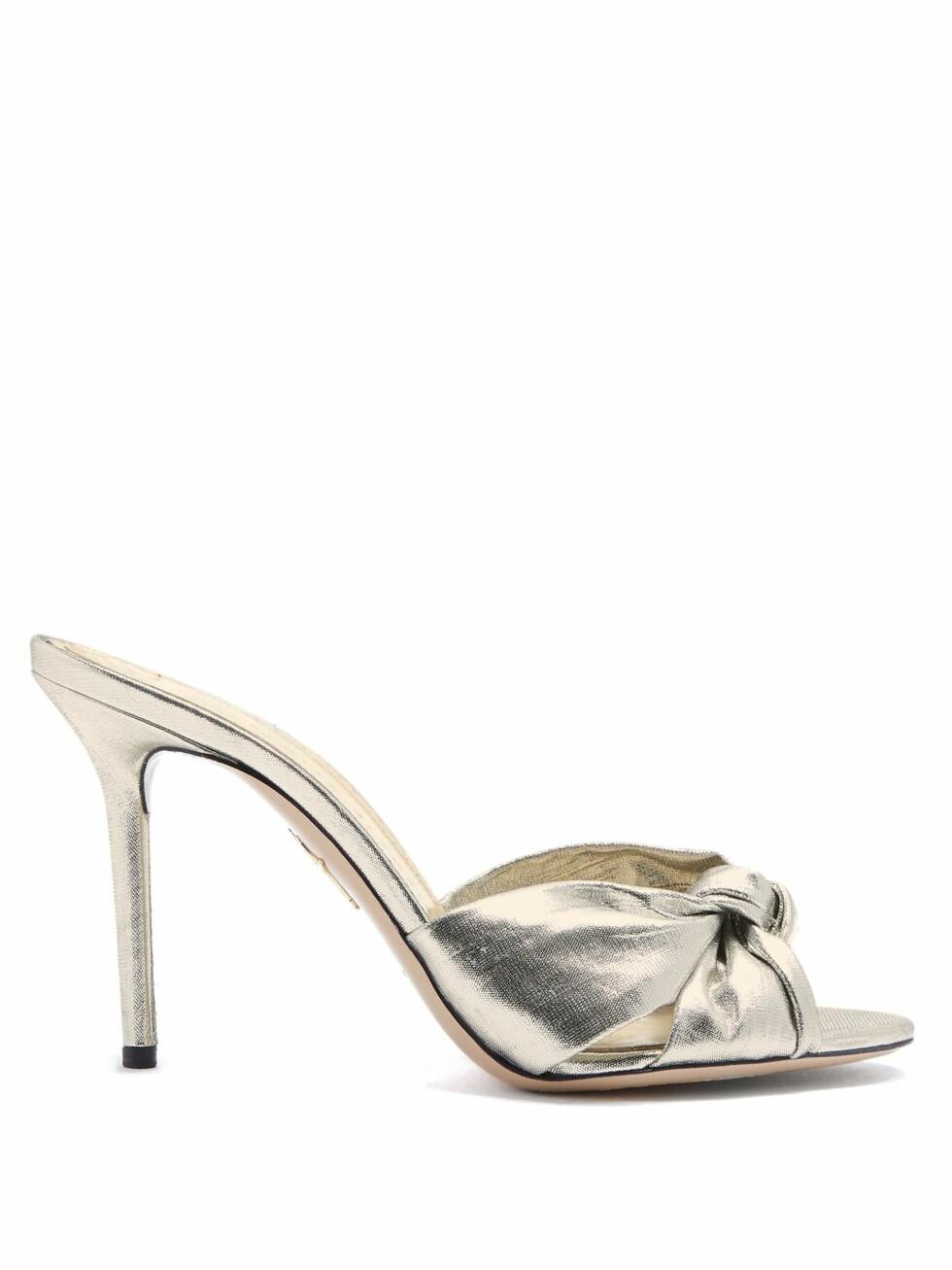 Sko fra Charlotte Olympia |2970,-| https://www.matchesfashion.com/intl/products/Charlotte-Olympia-Lola-twist-strap-lam%C3%A9-sandals--1185898