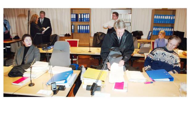 TO SØSTRE: Etter at dommen falt i 2001 anket ekteparet Orderud og Kristin Kirkemo. Ankebehandlingen startet i januar 2002, og endelig dom ble avsagt 5. april 2002. Per og Veronica Orderud ble begge dømt til 21 års fengsel, samt at han ble fradømt arveretten til gården. Kristin Kirkemo ble dømt til 16 års fengsel. Lars Grønnerød ble dømt til 18 års fengsel. Dette bildet er fra Eidsivating lagmannsrett i januar 2002. FOTO: NTB Scanpix