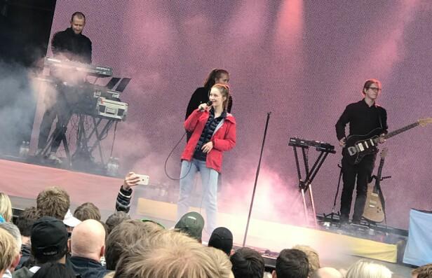 ALLVÆRSJAKKE: Sigrid opptrådde på musikkfestivalen OverOslo i juni. FOTO: Lasse Engeland