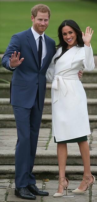 FORLOVELSEN: I november i fjor ble det kjent at Meghan Markle og prins Harry hadde blitt forlovet. På forlovelsesbildene stilte Meghan i stiletter fra Aquazzura - som var et par nummer for store. FOTO: NTB Scanpix