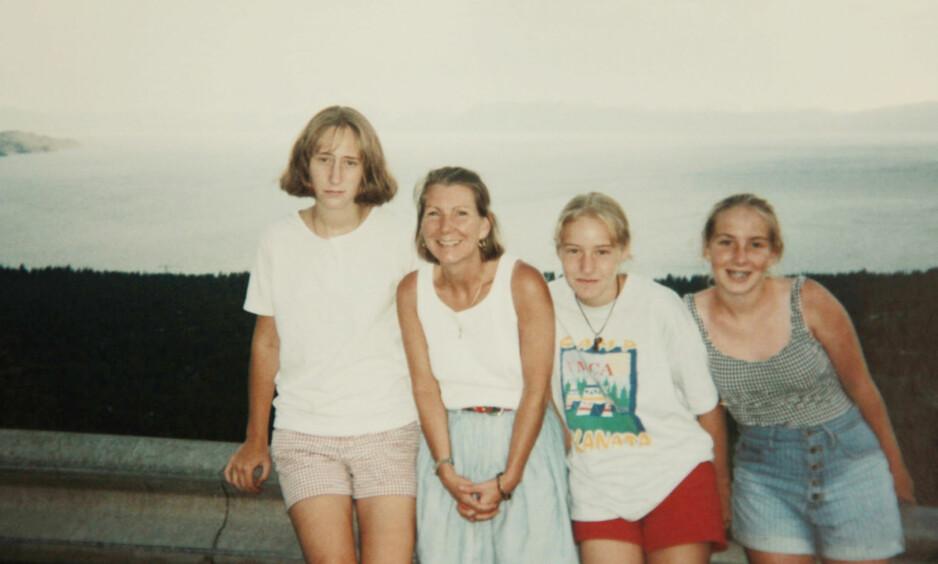 THE STAIRCASE: Forholdet mellom søstrene Martha (t.v.) og Margaret Ratliff (nr.2 fra høyre) og stesøsteren Caitlin Atwater (t.h.) fikk katastrofale følger da Caitlins mor Kathleen Peterson (midten), og Martha og Margarets stemor, ble drept i familiehjemmet i Durham, North Carolina, i 2001. FOTO: Netflix