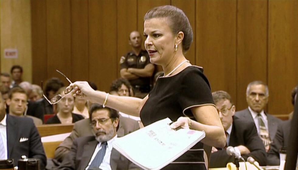 I RETTEN: Assisterende statsadvokat Freda Black la frem sin teori under rettssaken i 2003. Bak henne ser vi drapsmistenkte Michael Peterson (t.h.) og hans forsvarsadvokat David Rudolph (t.v.). FOTO: Netflix