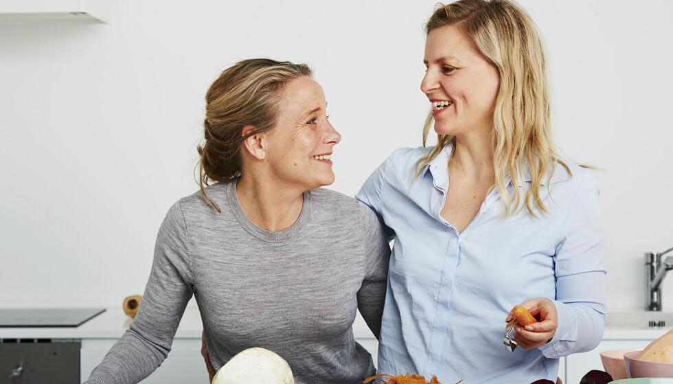 """PREPPE MED VENNER: Christina Bølling (til venstre) og Jo Brand har skrevet boken """"Matprepping"""" sammen. De mener at det er hyggelig å bruke noen timer på å preppe sammen med venner. FOTO: Maria Warncke Nørregaard"""