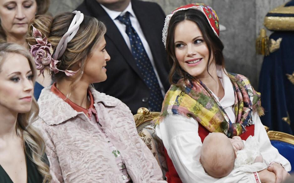 PRINSESSE MADELEINE: I dag er prinsesse Madeleine og prinsesse Sofia av Sverige gode venninner. Slik har det ikke alltid vært. Her i lystig lag under dåpen til prins Gabriel i desember 2017 - hvor prinsesse Madeleine var et naturlig valg som fadder. FOTO: NTB Scanpix