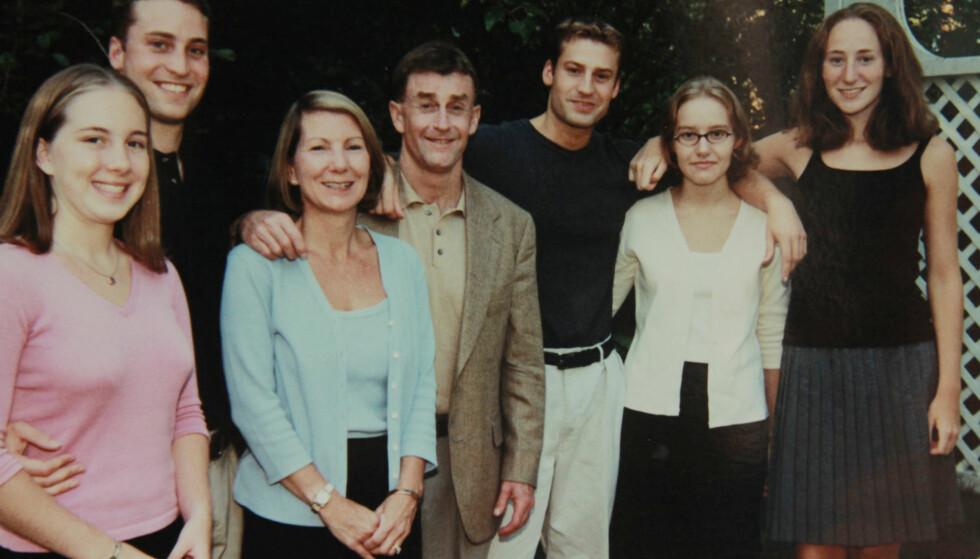 FAMILIEIDYLL: Michael og Kathleen Peterson med barneflokken. Todd og Clayton Peterson er Michaels to biologiske sønner. Martha og Margaret Ratliff ble adoptert av Michael da de var små, etter at deres biologiske foreldre hadde gått bort. Caitlin Atwater (t.v.) er Kathleens biologiske datter. FOTO: Netflix
