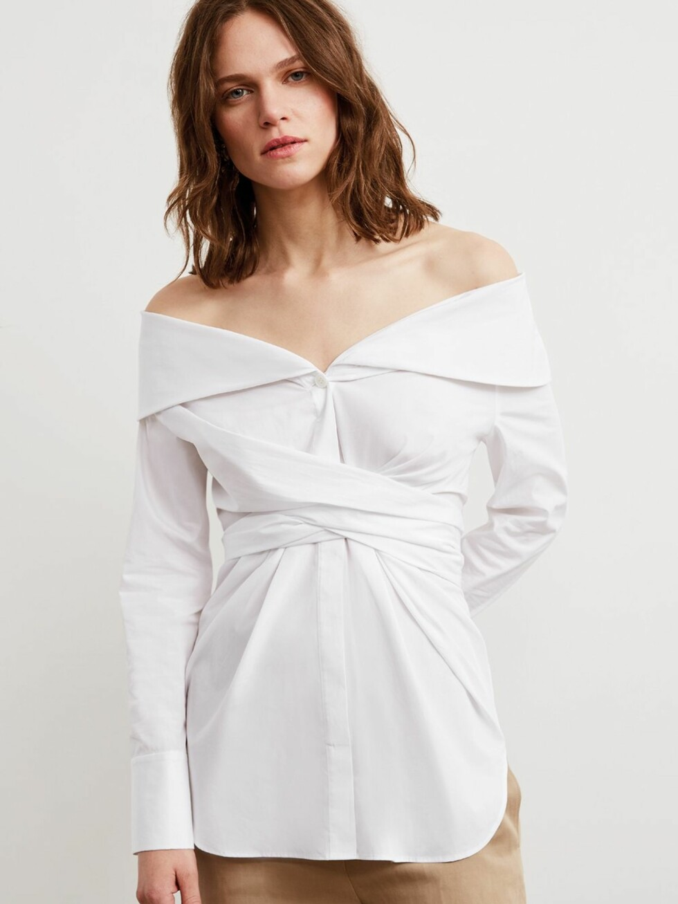 Topp fra Kitri Studio |977,-| https://kitristudio.eu/collections/fresh-in/products/kennedy-white-cotton-long-sleeve-off-shoulder-shirt