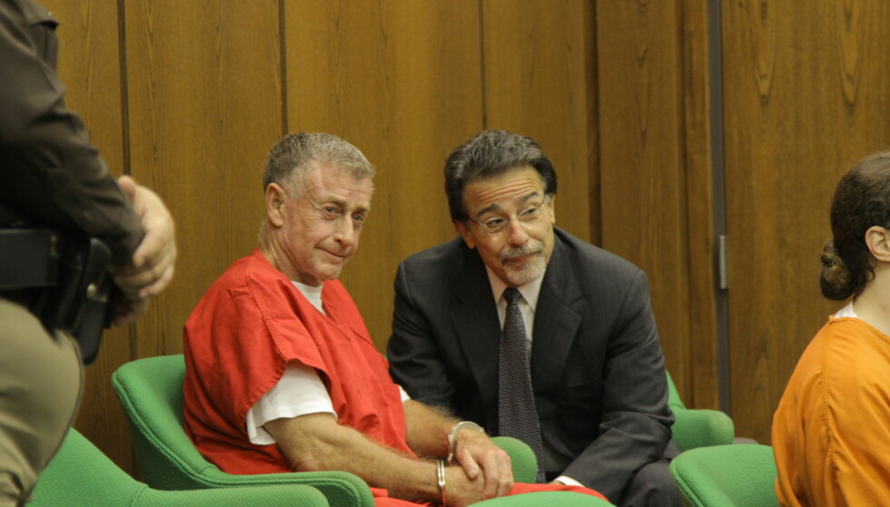 STO PÅ SITT: Drapstiltalte Michael Peterson med sin forsvarer David Rudolph under rettssaken. Peterson har hele tiden hevdet at han er uskyldig. FOTO: Netflix