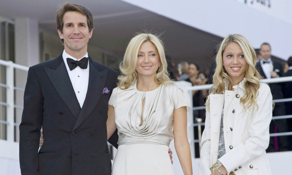 MARIE-CHANTAL: Fembarnsmoren Marie-Chantal, som er eks-kronprinsesse av Hellas, har gjort stor suksess med sitt eget klesmerke for barn. Hun er blant verdens 25. rikeste innad i motebransjen. Her med ektemannen eks-kronprins Pavlos av Hellas og Danmark og datteren Maria-Olympia. FOTO: NTB Scanpix