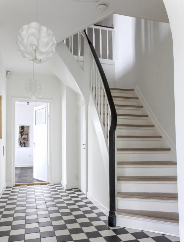 Legg et rutete gulv i entreen, og fjern all unødig pynt og møblement hvis du vil holde deg til et rolig, men spennende klassisk uttrykk. FOTO: Iben og Niels Ahlberg