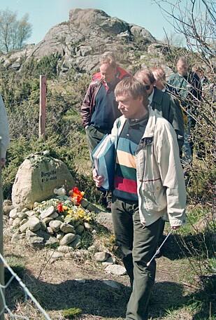 PÅ ÅSTEDET: Kripos-etterforsker Tore-Per Bakken forklarer for lagmannsretten hva politiet møtte 6. mai 1995. Til venstre forsvarer Sigurd Klomsæt og aktor Harald L. Grønlien, like bak Bakken. Bildet et tatt tre år etter drapet. FOTO: NTB Scanpix