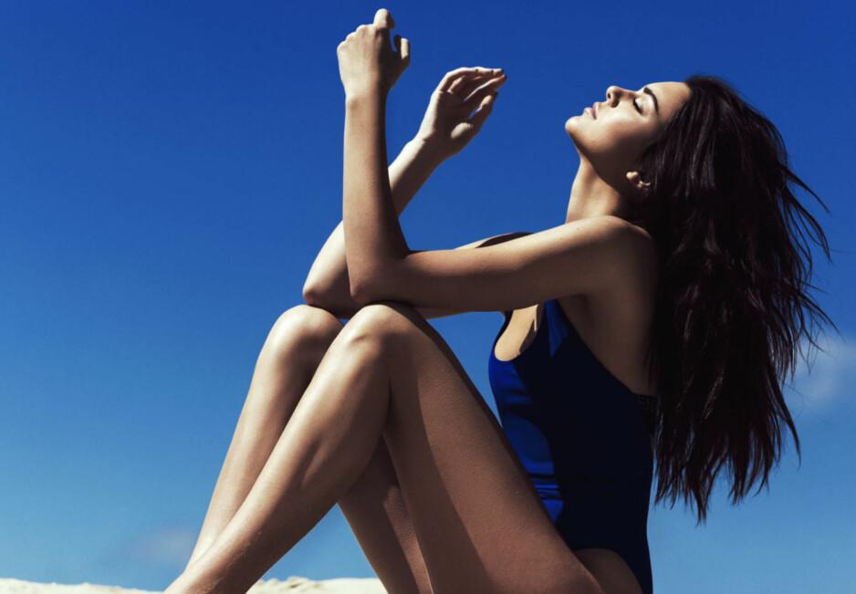 SKJØNNE NYHETER: Vi tilbringer mye tid i solen om dagen og da er det viktig å passe på både hud og hår! Foto: Scanpix