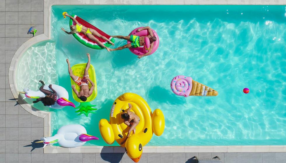 BADEDYR: Finnes det lenger et basseng som ikke har både oppblåsbare vannmeloner og enhjørninger? Foto: Scanpix