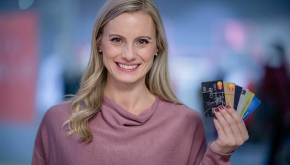 HA TO KORT: Kredittkort gir trygghet på reisen, men skal du ta ut penger i minibank lønner det seg å bruke debetkortet, sier Silje Sandmæl i DNB: FOTO: Stig B. Fiksdal