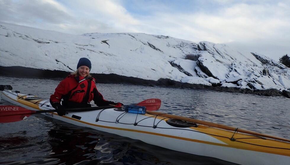 HELT HEKTA: Susanne begynte med kajakkpadling i fjor, og er allerede hekta. Hun synes det er spesielt å få oppleve sjøen på en helt unik måte. FOTO: Elizabeth Pettersen