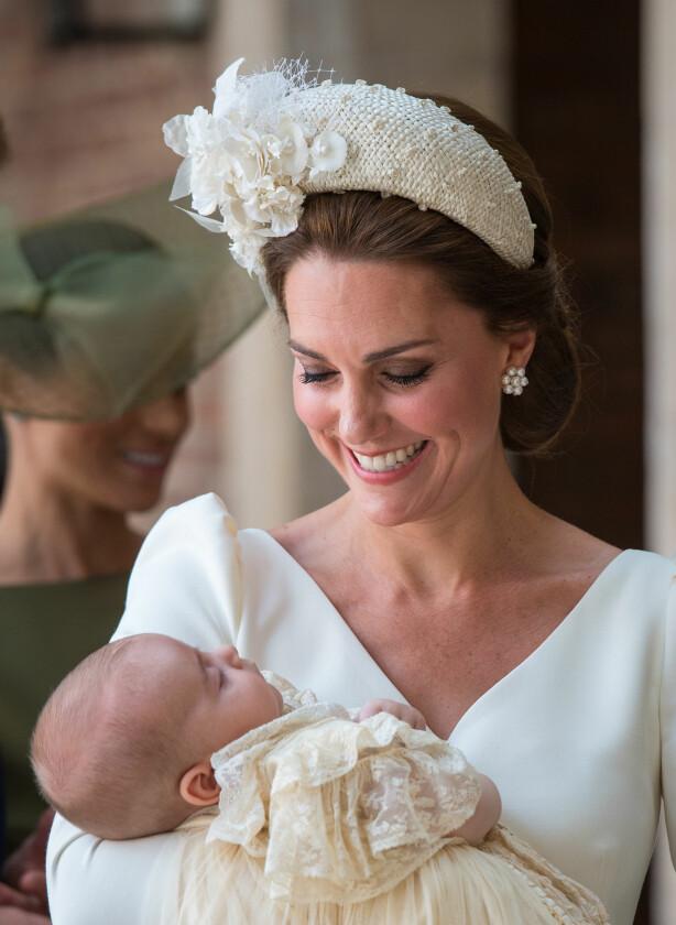STRÅLER: Hertuginne Kate ser stolt ned på sønnen prins Louis. Foto: Scanpix