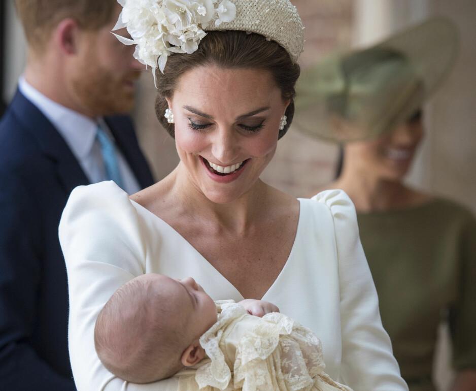 HERTUGINNE KATE: 36-åringen ankom dåpen til sønnen prins Louis i en hvit kjole og kremfarget hårbøyle. FOTO: NTB Scanpix